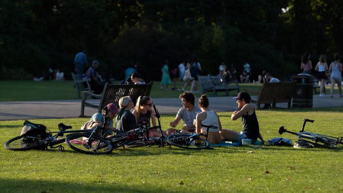 Warga menikmati sinar matahari di Taman Bunga Ratu Mary di Regent's Park di London pada 25 Juni 2020. Inggris pada Kamis (25/6) mengalami hari terpanasnya tahun ini hingga sejauh ini, dengan suhu mencapai 33,3 derajat Celsius di Bandara Heathrow, menurut badan meteorologi. (Xinhua/Han Yan)