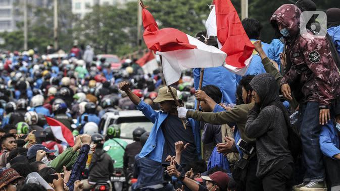 FOTO: Tolak UU Cipta Kerja, Mahasiswa Konvoi Menuju Gedung DPR