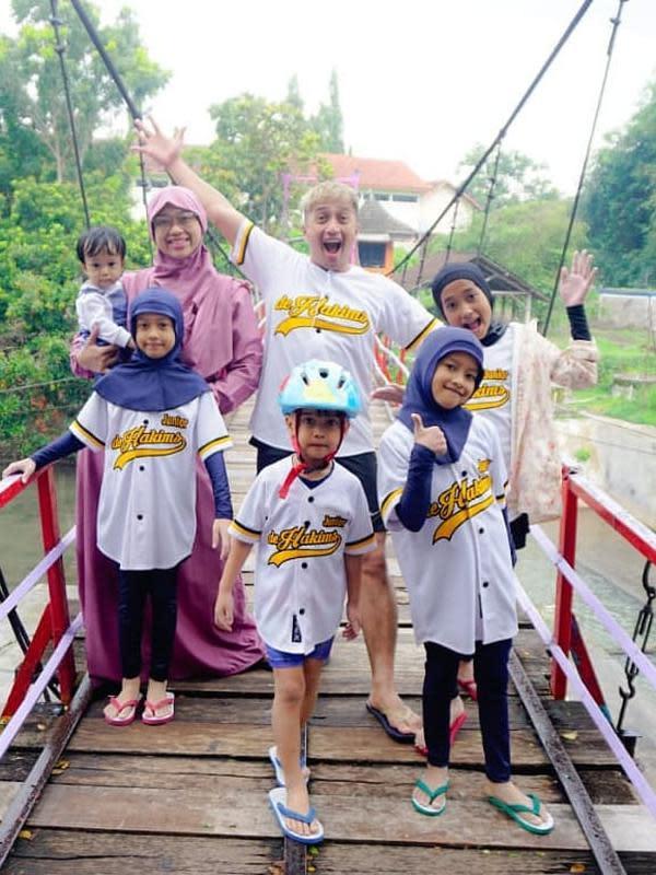 Pembawa acara Irfan Hakim juga memiliki lima anak. Irfan yang menikah dengan Della Sabrina Indah Putri sejak 2007 telah memiliki lima orang anak. Aisha Maydina Hakim, Rakana Hakim, Raina Hakim, Chafidz Djalu Hakim dan Dzaky Mohammed Hakim. Rakana dan Raina merupakan anak kembar.