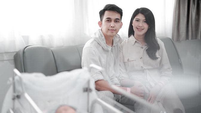 Indra Sinaga dan istri bersama buah hati (Sumber: Instagram/febyriz)