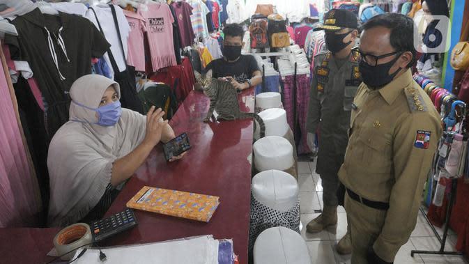 Wali Kota Bogor Bima Arya melakukan sidak di sebuah toko di kawasan Pasir Kuda, Bogor, Senin (4/5/2020). Penyegelan dua toko ini dilakukan karena pelanggaran zona PSBB jilid dua, dimana hanya toko sembako, apotik dan toko makanan yang diperbolehkan buka. (merdeka.com/Arie Basuki)