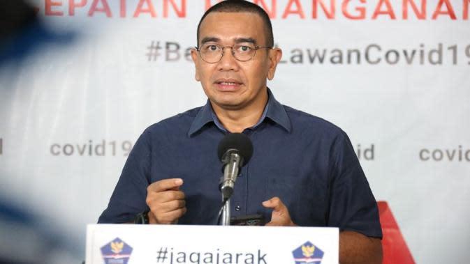 Staf Khusus Menteri BUMN, Arya Mahendra Sinulingga menyampaikan, ada 20 alat PCR untuk diagnosis Corona COVID-19 saat konferensi pers di Graha BNPB, Jakarta, Rabu (8/4/2020). (Dok Badan Nasional Penanggulangan Bencana/BNPB)