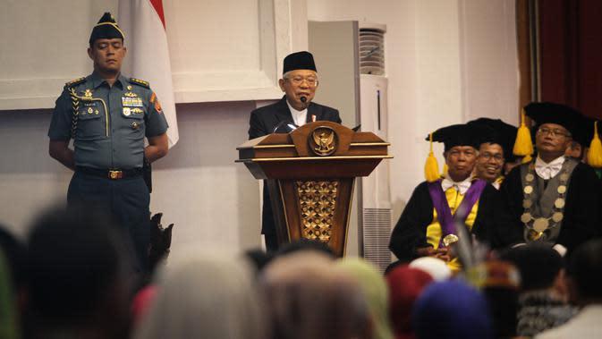 Wapres KH Ma'ruf Amin saat menyampaikan pidato usai memperoleh penghargaan tertinggi dari UNS, Rabu (11/3).(Liputan6.com/Fajar Abrori)