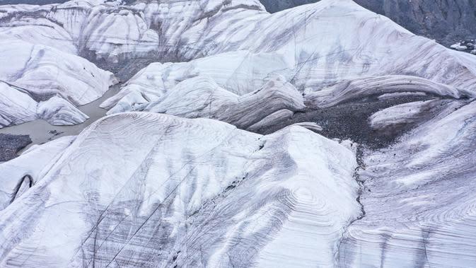 Foto dari udara yang diabadikan pada 15 Agustus 2020 ini menunjukkan gletser yang terletak di area hulu Sungai Yangtze, Prefektur Otonom Etnis Tibet Yushu, Provinsi Qinghai, China barat laut. (Xinhua/Wu Gang)