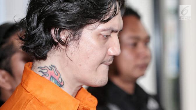 Ozzy ditangkap bersama teman wanitanya saat mengambil uang di ATM. Barang bukti yang diamankan 2,66 gram ganja. Setelah melakukan pemeriksaan lebih lanjut, Ozzy positif ganja dan sabu. (Liputan6.com/Faizal Fanani)