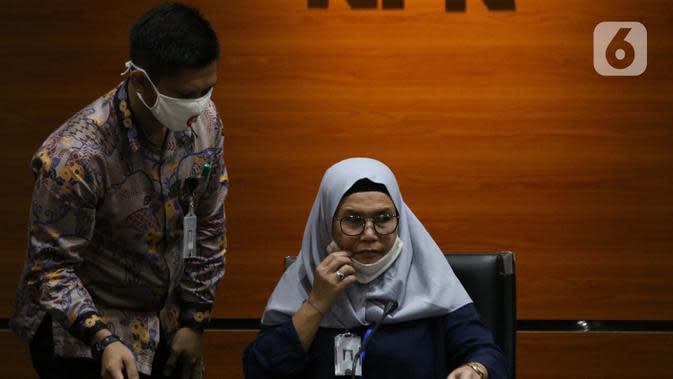 Wakil Ketua KPK, Lili Pintauli Siregar (kanan) menyampaikan rilis penahanan tersangka kasus suap kerjasama pengangkutan bidang pelayaran di Gedung KPK, Jakarta, Jumat (26/6/2020). Direktur PT Humpuss Transportasi Kimia (HTK) Taufik Agustono resmi ditahan KPK. (Liputan6.com/Helmi Fithriansyah)