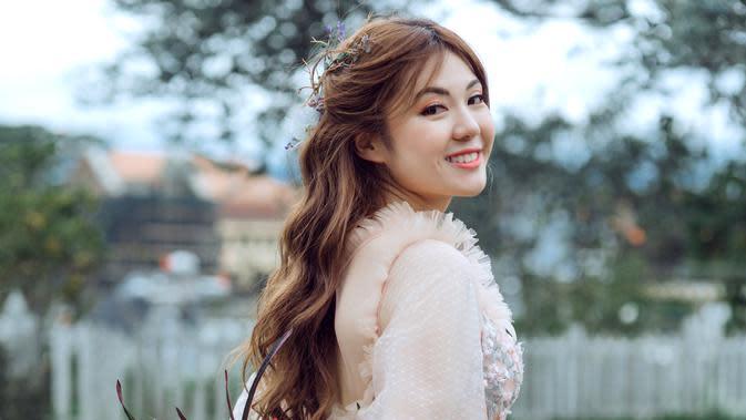 ilustrasi perempuan tersenyum/Photo by Trung Nguyen from Pexels