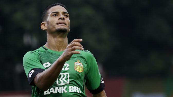 Gelandang Bhayangkara FC, Renan Silva, saat melawan PSM Makassar pada laga uji coba di Stadion PTIK, Jakarta, Rabu, (5/2/2020). Bhayangkara FC takluk 0-1 dari PSM Makassar. (Bola.com/M Iqbal Ichsan)