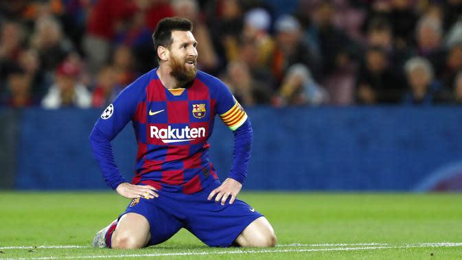 Kapten Barcelona, Lionel Messi, tersenyum saat gagal mencetak gol ke gawang Slavia Praha pada laga Liga Champions 2019 di Stadion Camp Nou, Selasa (5/11). Kedua tim bermain imbang 0-0. (AP/Joan Monfort)