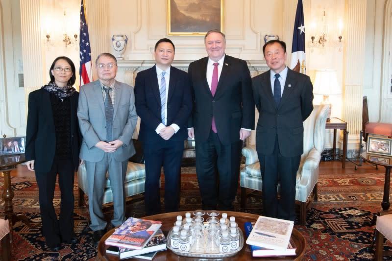 美國國務卿龐皮歐(右2)3日會見六四事件倖存的學運領袖李恆青(右1)、李蘭菊(左1)、蘇曉康(左2)、王丹(中)。圖:翻攝美國國務院臉書