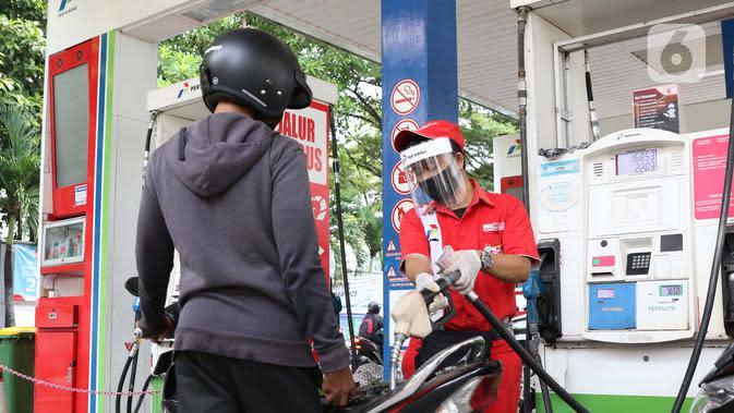 Petugas SPBU menggunakan alat pelindung wajah saat melayani pengendara di SPBU 31-164-01, Margonda, Depok, Jawa Barat, Jumat (8/5/2020). Penggunaan alat pelindung wajah merupakan upaya untuk melindungi diri dalam pencegahan penyebaran virus COVID-19. (Liputan6.com/Helmi Fithriansyah)
