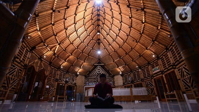 Umat Muslim membaca Alquran di Masjid yang terbuat dari bambu bernama Saka Buana di Kecamatan Kragilan, Kabupaten Serang, Banten, Rabu (20/5/2020). Masjid dengan luas bangunan 260 meter persegi itu disebut Yayasan Bambu Indonesia sebagai masjid bambu terbesar se-Indonesia (merdeka.com/Imam Buhori)