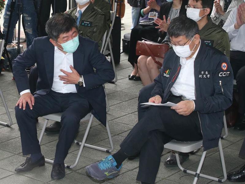 疫情指揮中心指揮官陳時中(左)和台北市長柯文哲(右)4月時一同出席「實名制口罩自動販賣系統」試辦上線記者會。(資料照,趙雙傑攝)