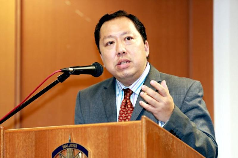 Malaysian Bar's Constitutional Law Committee co-chairman, Andrew Khoo (pic), agreed with Nazri that amending the EC Act alone would suffice.