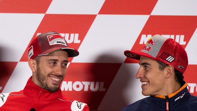 Pembalap Ducati, Andrea Dovizioso dan pembalap Repsol Honda, Marc Marquez berbincang pada konferensi pers jelang MotoGP Jepang 2018. (Martin BUREAU / AFP)