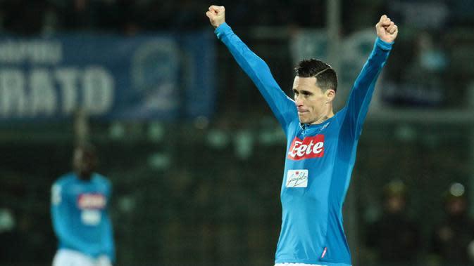 Striker Napoli, Jose Maria Callejon, merayakan kemenangan atas Crotone pada laga Serie A Italia di Stadion Ezio Scida, Crotone, Jumat (29/12/2017). Crotone kalah 0-1 dari Napoli. (AFP/Carlo Hermann)