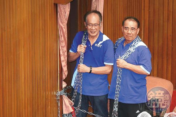 陳超明(左)及廖國棟(右)等藍營立委為反對監察院長陳菊人事案,占領立法院,還用鐵鍊綑住身體擋住議場出入口,如今卻雙雙身陷行賄風暴。