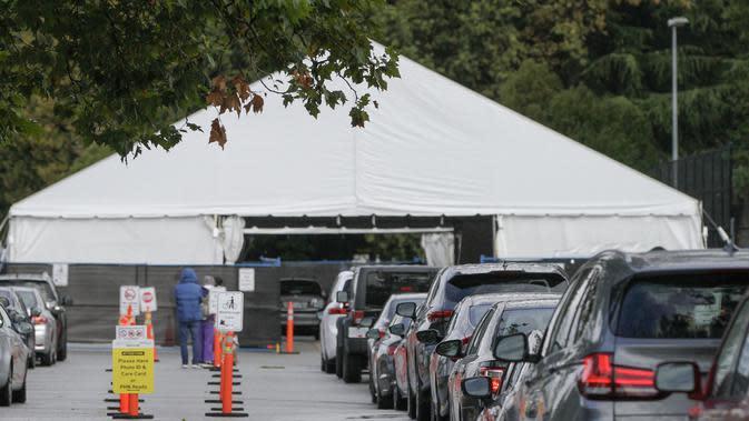 Sejumlah mobil mengantre di luar sebuah pusat pengujian COVID-19 di Vancouver, British Columbia, Kanada (24/9/2020). PM Kanada Justin Trudeau pada Rabu (23/9) malam waktu setempat mengatakan bahwa gelombang kedua epidemi COVID-19 sudah mulai melanda negara itu. (Xinhua/Liang Sen)