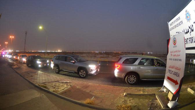 Orang-orang antre dalam mobil mereka untuk memasuki sebuah stasiun pengujian lantatur (drive through) baru untuk COVID-19 di Kegubernuran Mubarak Al-Kabeer, Kuwait, 20 September 2020. Kuwait membuka stasiun pengujian PCR lantatur baru untuk memperluas kapasitas pengujian COVID-19. (Xinhua/Asad)