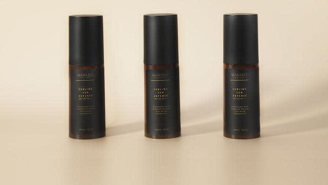 Tak hanya mampu melindungi kulit dari paparan sinar UV, tapi sekaligus memberikan hasil akhir kulit yang tampak halus.