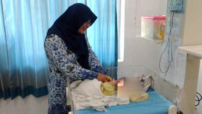 Petugas medis RSUD Majenang memeriksa kondisi bayi penderita hidrosefalus asal Karangpucung, Cilacap, Jawa Tengah. (Foto: Liputan6.com/Haryadi N untuk Muhamad Ridlo)