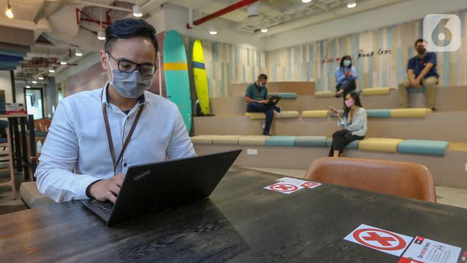 Karyawan beraktivitas mengikuti atruran physical distancing di kantor DBS Tower, Jakarta, Selasa (30/6/2020). Bank DBS Indonesia menerapkan protokol kesehatan dan penyesuaian operasional untuk mencegah penyebaran Covid-19 pada masa PSBB transisi. (Liputan6.com/Fery Pradolo)