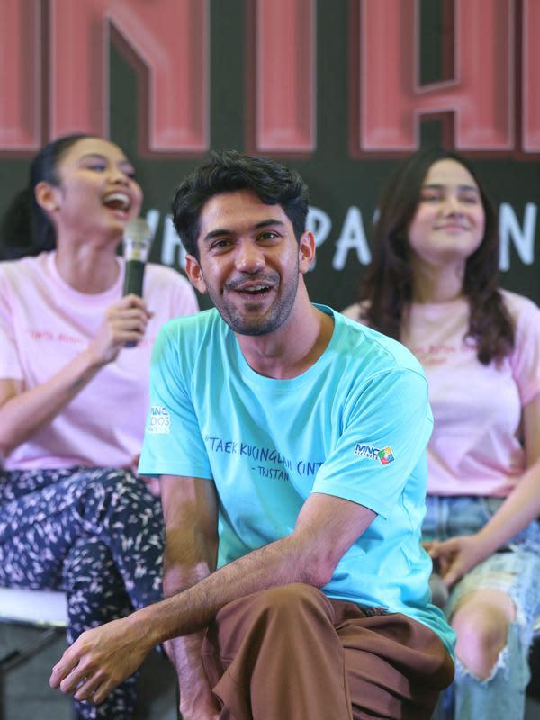 Bicara soal cara promosi seperti yang dilakukan Reza dan para pemain Toko Barang Mantan memang menjadi salah satu strategi dari MNC Pictures. Hal tersebut juga dilakukan sebagai bentuk apresiasi bagi penikmat film di tanah air. (Adrian Putra/Fimela.com)