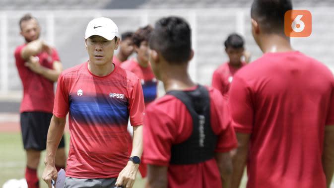 Pelatih Timnas Indonesia, Shin Tae-yong, saat sesi latihan di Stadion Madya, Jakarta, Selasa, (18/2/2020). Untuk meningkatkan performa kiper, Shin Tae-yong menambah porsi waktu latihan. (Bola.com/M Iqbal Ichsan)