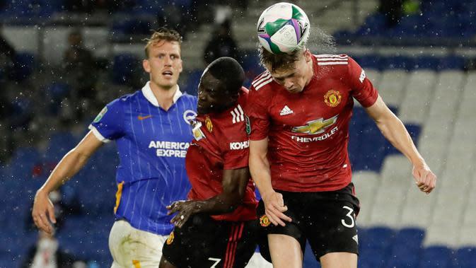 Gelandang Manchester United (MU), Scott McTominay (kanan) menyundul bola untuk mencetak gol ke gawang Brighton Albion dalam lanjutan Piala Liga di Stadion Falmer, Kamis (1/10/2020) dinihari WIB. MU menang 3-0 atas Brighton Albion. (Matt Dunham/Pool via AP)