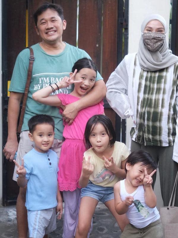 Zaskia Adya Mecca dan keluarga. (Foto: Instagram @zaskiadyamecca)