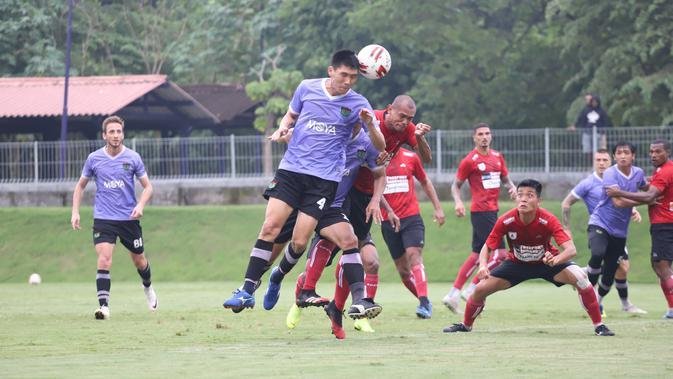 Laga uji coba antara Persita Tangerang dan Persipura Jayapura di Lapangan Universitas Islam Indonesia, Sleman, Kamis (13/2/2020). Kedua tim bermain imbang 2-2 dalam laga ini. (Dok. Persita Media)