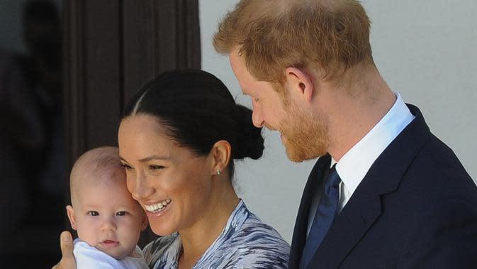 Pangeran Harry dan Meghan Markle, bersama anak mereka Archie yang berusia 8 bulan, akan membagi waktu antara Inggris dan Amerika. Mereka akan tetap melaksanakan tugas untuk Ratu Elizabeth II dan petugas Kerajaan. (Photo by HENK KRUGER / POOL / AFP)