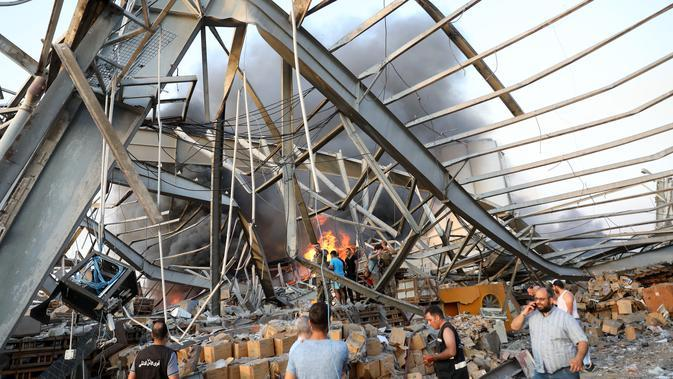 Kondisi bangunan setelah ledakan besar di Beirut, Lebanon, Selasa, (4/8/2020). Ledakan besar tersebut menewaskan sedikitnya 10 orang. (AFP Photo/Anwar Amro)