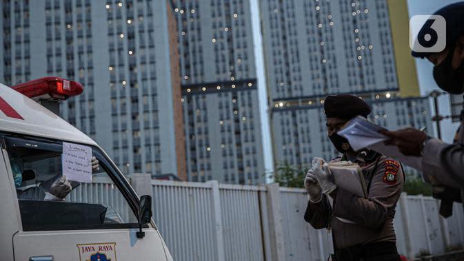 Petugas jaga mengecek data pasien COVID-19 yang dibawa petugas medis di Rumah Sakit Darurat Wisma Atlet, Kemayoran, Jakarta, Kamis (10/9/2020). Sebanyak 1.600 dari 2.700 tempat tidur yang disiapkan pemerintah untuk pasien COVID-19 di RSD Wisma Atlet telah terisi. (Liputan6.com/Faizal Fanani)