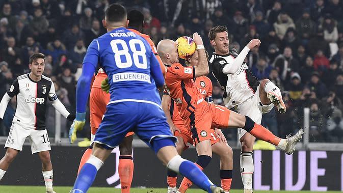 Pemain Juventus Daniele Rugani (kanan) menendang bola yang mengenai pemain Udinese pada pertandingan Coppa Italia 2019/2020 di Allianz Stadium, Turin, Italia, Rabu (15/1/2020). Juventus menang 4-0. (Fabio Ferrari/LaPress via AP)