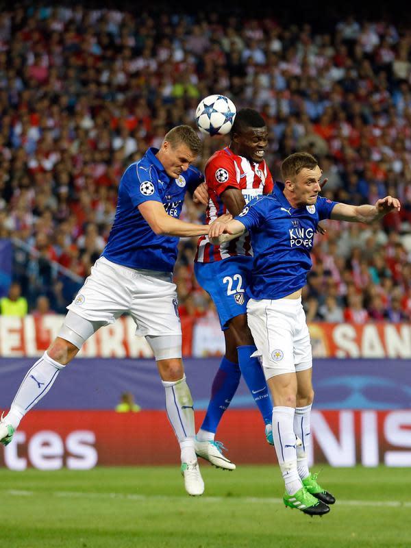 Pemain Atletico Madrid, Thomas Partey melompat merebut bola dari pemain Leicester City pada leg pertama babak perempat final Liga Champions di Vicente Calderon, (12/4). Atletico menang tipis dengan skor 1-0 atas Leicester City. (AP Photo/Francisco Seco)