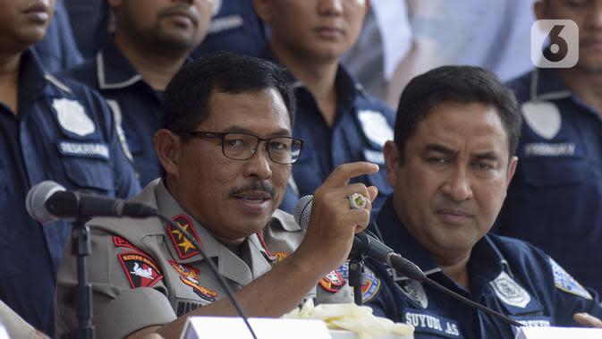 Kapolda Metro Jaya Irjen Pol Nana Sujana memberi keterangan pers terkait kasus penyuntikan stem cell oleh dokter klinik yang tidak sesuai standar kententuan di Polda Metro Jaya, Jakarta Selatan, Kamis (16/1/2020). (merdeka.com/Imam Buhori)