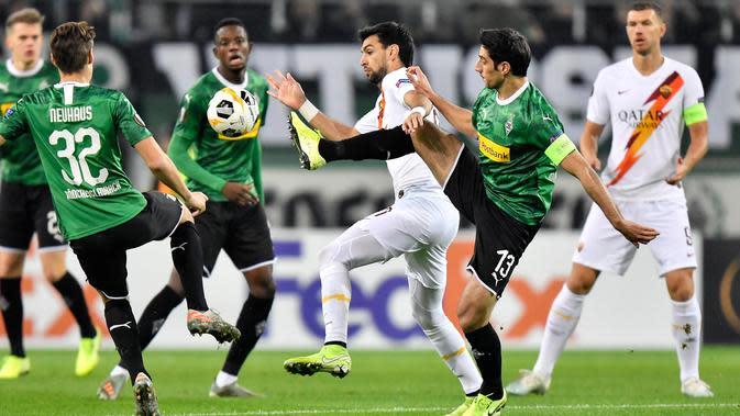 Pemain Borussia Monchengladbach, Lars Stindl berebut bola dengan gelandang AS Roma Javier Pastore dalam laga matchday keempat fase grup Liga Europa 2019-2020 di Stadion IM Borussia-Park, Kamis (7/11/2019). AS Roma takluk dari tim tuan rumah dengan skor 2-1. (AP/Martin Meissner)