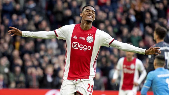 7. Ryan Gravenberch (Ajax) - Ajax sepertinya menjadi klub dengan banyak talenta muda berbakat. Salah satunya Ryan Gravenberch, pemain berusia 18 tahun ini masuk dalam kandidat Golden Boy 2020. (AFP/Maurice van Steen/ANP)
