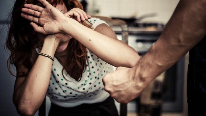 Ilustrasi kekerasan terhadap perempuan. | via: requisitoire-magazine.com