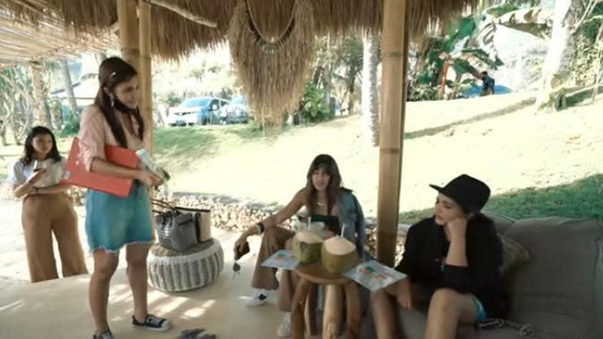 Ashanty dan Nia Ramadhani bertemu di Mino Beach Club. Sebelum lepas landas melihat-lihat Pulau Dewata dari atas, dua selebriti ini terlebih dulu mendapat arahan dari salah satu petugas. (Youtube/The Hermansyah A6)
