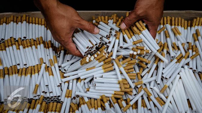 Sejumlah batang rokok ilegal diperlihatkan petugas saat rilis rokok ilegal di Kantor Direktorat Jenderal Bea Cukai, Jakarta, Jumat (30/9). Rokok ilegal ini diproduksi oleh mesin dengan total produksi 1500 batang per menit. (Liputan6.com/Faizal Fanani)