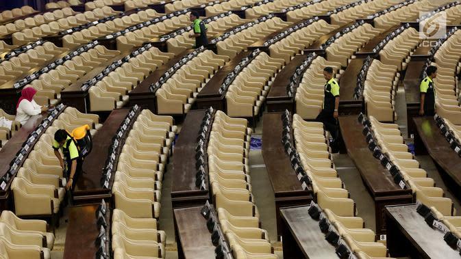 Sejumlah petugas membersihkan ruangan rapat Paripurna I di Gedung Kura-Kura Kompleks Parlemen, Jakarta, Selasa (15/8). Gedung DPR mulai berbenah jelang sidang umum MPR/DPR yang digelar sehari sebelum peringatan Hari Kemerdekaan. (Liputan6.com/Johan Tallo)