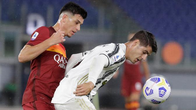 Penyerang Juventus, Alvaro Morata berebut bola dengan bek AS Roma, Roger Ibanez pada pekan kedua Liga Italia Serie A 2020-2021 di Stadion Olimpiade Roma, Minggu (27/9/2020). Juventus bermain imbang 2-2 di kandang AS Roma. (AP Photo/Gregorio Borgia)