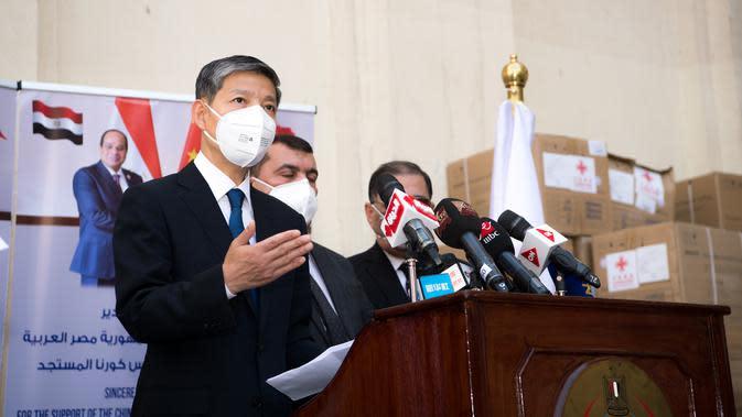 Duta Besar China untuk Mesir Liao Liqiang (pertama dari kiri) menyampaikan pidato dalam upacara penyerahan bantuan medis dari China di Kairo, Mesir (10/5/2020). (Xinhua/Wu Huiwo)