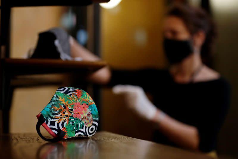 Sejarah baru, museum Ceko buka pameran masker wajah