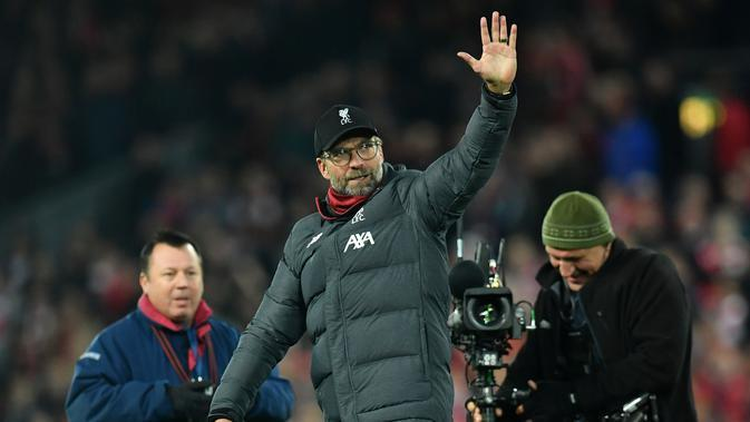 Pelatih Liverpool, Juergen Klopp, menyapa suporter usai mengalahkan Manchester City pada laga Premier League di Stadion Anfield, Liverpool, Minggu (10/11). Liverpool menang 3-1 atas City. (AFP/Paul Ellis)