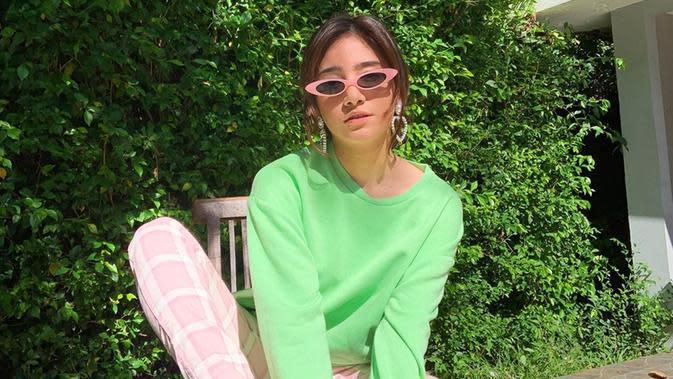 Wanita yang dikabarkan pernah dekat dengan Adipati Dolken ini terlihat manis dengan busana tabrak warna. Perpaduan warna hijau neon dan celana motif merah jambu membuat ia terlihat trendi.(Liputan6.com/IG/@danniasalsabilla)