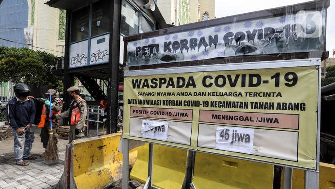 Petugas menggelar razia penerapan Pembatasan Sosial Berskala Besar (PSBB) kepada warga yang tidak menggunakan masker di wilayah Tanah Abang, Jakarta, Senin (14/9/2020). Razia tersebut guna menekan kasus penyebaran COVID-19 di Jakarta pada masa PSBB. (Liputan6.com/Johan Tallo)