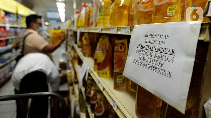 Pembeli berbelanja dekat kertas pemberitahuan pembatasan pembelian di supermarket Kawasan Cirendeu, Tangsel, Rabu (18/3/2020). Satgas Pangan meminta pedagang membatasi penjualan bahan pokok yakni beras, gula, minyak goreng dan mi instan untuk menjaga stabilitas harga. (merdeka.com/Arie Basuki)